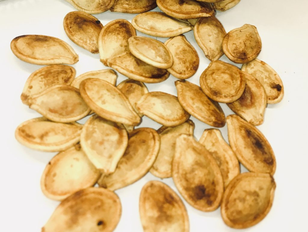 5 Easy Steps to the Perfect Roasted Pumpkin Seeds - Next time you carve pumpkins or cook fresh pumpkins don't throw out the pumpkin seeds. They make great snacks that are rich in fiber and kids love them. Purists will want only salt as a seasoning, but if you're feeling adventurous, experiment and have fun with seasoning blends. #halloween #pumpkin #recipe