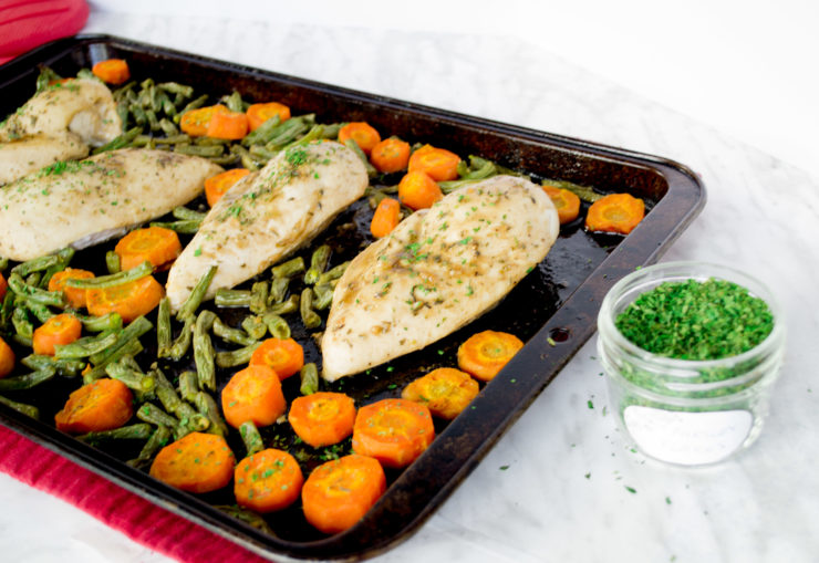 Sheet Pan Maple Dijon Chicken with Vegetables – maple syrup and dijon mustard turn this chicken into a super star. A healthy and delicious chicken is ready in no time with this quick and easy weeknight recipe! Just a few ingredients, and ready in half an hour – a great 30 minute meal for the whole family.