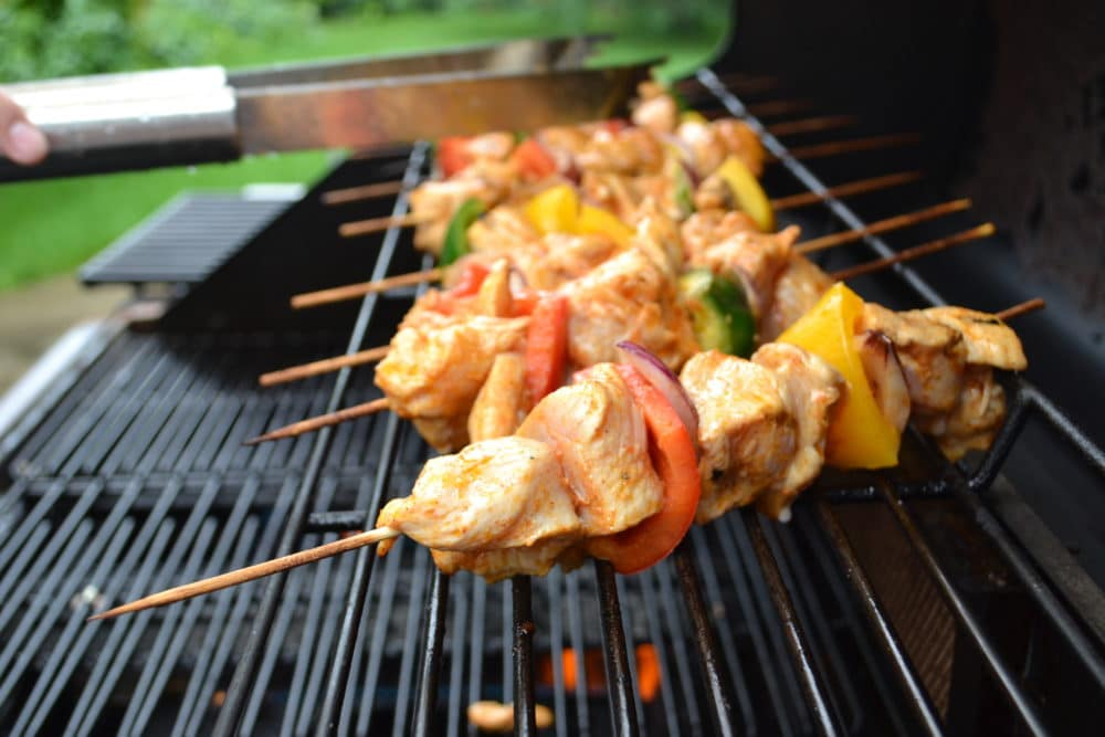 Perfectly paired with white wine pinot grigio, this Chili Lime Chicken Skewers with Veggies makes a nice and healthy summer BBQ dish. #chickenskewers #chililime #salads4lunch